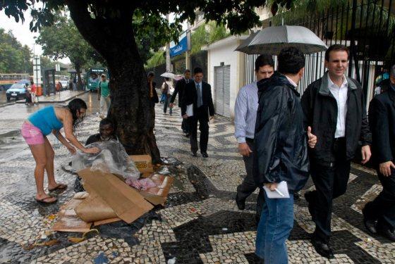 Eduardo Paes passando próximo a um morador de rua